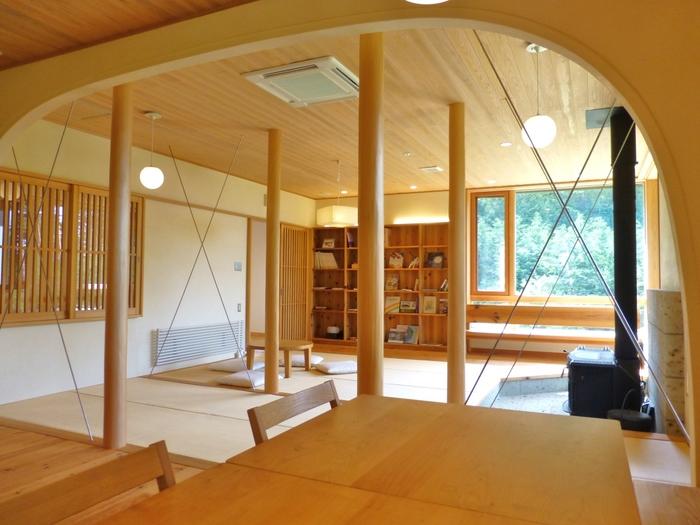 実は、日本で初めて「BIO HOTELS 認証」を取得した宿なのです。そのため、食事や飲み物は全てビオロジック。館内のアメニティはもちろんのこと、建材や内装材までも、できる限り自然素材が使用されています。  館内に入ると天然木のいい香りが漂います。思わず深呼吸したくなりますよ。