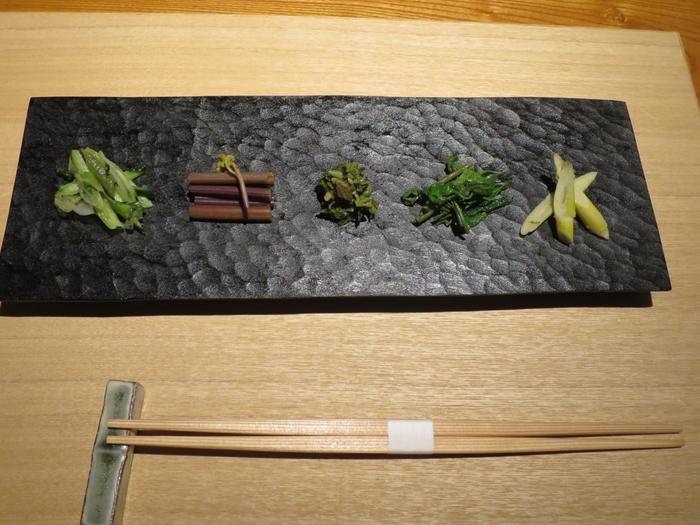 食事は、基本的に野菜が中心のメニュー。新潟には昔から栽培されている「伝統野菜」がありますが、生産者が少なく、市場にはほとんど出回らないのだとか。里山十帖では「伝統野菜」を農家から直送してもらい、提供しています。