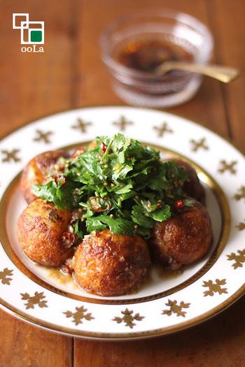 サラダ感覚で食べる、タイ風のたこ焼き。中にもパクチーを入れると、思う存分パクチーを味わえます!