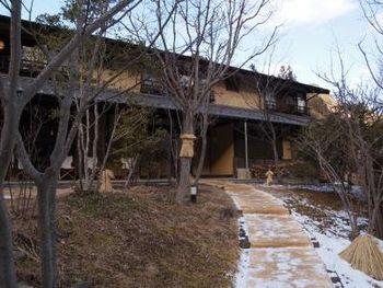 長野県上田市の、鹿教湯温泉にある「三水館」。山と川、田畑に囲まれた里山の中にひっそりと佇む、全7部屋の温泉旅館です。歴史を感じる建物ですが、古民家や蔵を松本などから移築してつくられたものだそうです。