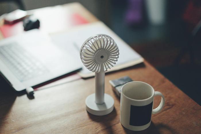 急いで温度を下げたい時は、扇風機で風を送って放熱を助けてあげる方法がおすすめです。パソコンなどから電源が取れる小型ファンがあれば便利ですね。