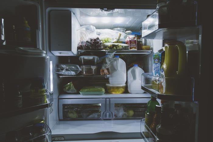 スマホの過熱で絶対にしてはいけないのは冷蔵庫に入れたり、「防水スマホだから」と水で洗ったりする方法です。急激に冷やすとスマホの内部で結露が起きて、基盤がショートするなど物理的な故障の原因になります。