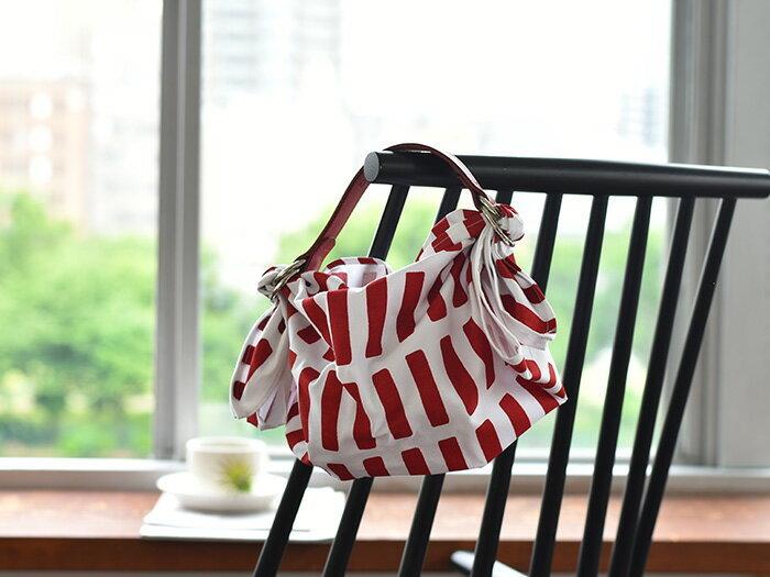 布を変えると全く違う印象になりますので、洋服に合わせてコーディネートできます。牛革のハンドルが、上品で本格的な質感をもたらし、存在感のあるバッグに。ぜひ試してみてください。