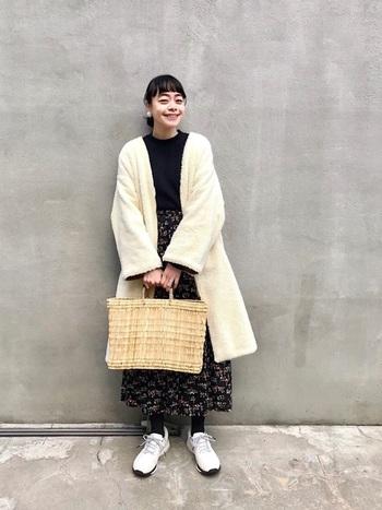 暗くなりがちな冬のコーディネートを、ぱっと明るく華やかな雰囲気にしてくれるホワイトカラーの「アウター」。シンプルなノーカラーデザインが可愛いボアコートは、ふんわりとした温かみのある素材感も魅力的です。ナチュラルなかごバッグや、存在感のあるアクセサリーとの組み合わせもおしゃれですね*