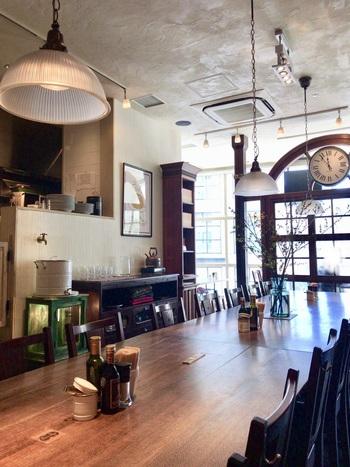 レクタングルテーブル(長方形)とアナログ時計が印象的な店内。 北海道札幌市の自家焙煎珈琲店「菊地珈琲」のダブル焙煎豆を使って淹れるコーヒーには、『秋煎り珈琲』など、季節の味を表現したメニューも。