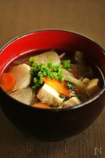 【けんちん汁】  根菜が盛りだくさんにつまった「けんちん汁」。身体の巡りが良くなりポカポカと温まりますよ。冷蔵庫のストック野菜を一度に使うことができるのも嬉しいポイント。