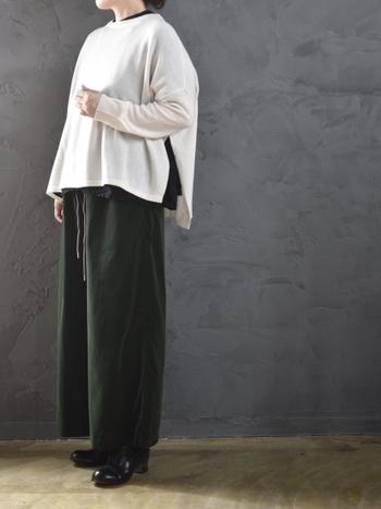 様々なコーディネートに活躍する「クルーネック」のニットは、冬の着こなしに欠かせない定番アイテムのひとつです。こちらのようにサイドスリットをアクセントにした今年らしいデザインなら、シンプルな着こなしでも新鮮な印象に。袖のカットオフデザインもおしゃれな雰囲気ですね。