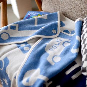 ボタンが付いているので、赤ちゃんのおくるみ、授乳カバーとして、またベビーカーで使う時のずれ落ち防止にも役立ちます。