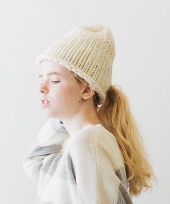 今回は冬のコーディネートに取り入れやすいニットをはじめ、ボトムスやアウターなど、『ホワイトカラー』を使った素敵なコーディネートをご紹介します♪ 定番スタイルに白いアイテムを取り入れて、明るく爽やかな冬の着こなしを楽しんでみませんか?