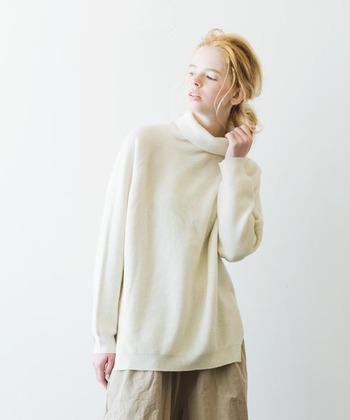 重くなりがちな冬コーデを、明るく爽やかな印象にしてくれる『ホワイトカラー』。 定番のニットをはじめ、ボトムスやワンピース、ストールにバッグなど。 普段の着こなしに1アイテム取り入れるだけで、季節感あふれる旬のスタイルが完成します◎。