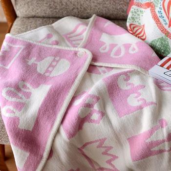 高密度に織られたコットンが寒さから身を守ってくれるだけでなく、こもった湿度を呼吸するようにコントロールしてくれるのでお昼寝などにとても快適です。