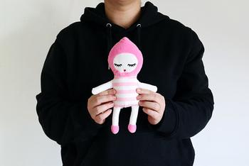 こちらは「Baby Bonbon(ベビー・ボンボン)」。長いまつげと小さなお口がチャーミングなピンクのぬいぐるみです♪