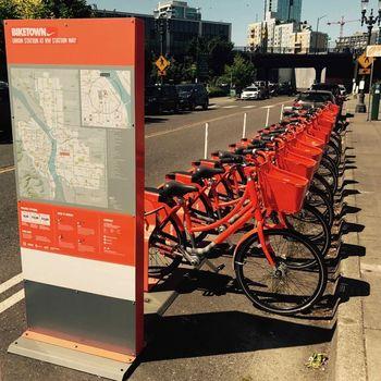 観光客にも嬉しいシェア自転車を、街の至るところで見ることができます。 自転車専用レーンも多く整備されていますよ。