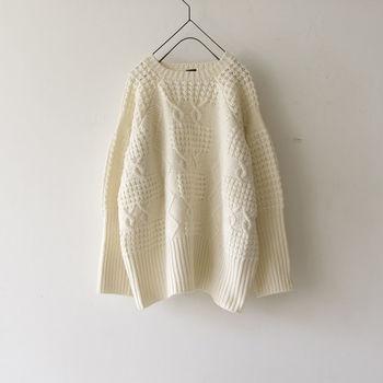 """軽やかで上品な『ホワイトカラー』は、ダークトーンの洋服が多くなる""""冬""""にこそ取り入れたいカラーですよね。 冬定番のニットや爽やかな白パンツ、フェミニンなタイトスカートやワンピースなど。 普段の着こなしに1アイテム取り入れるだけで、ぱっと明るく華やかな印象になります。"""