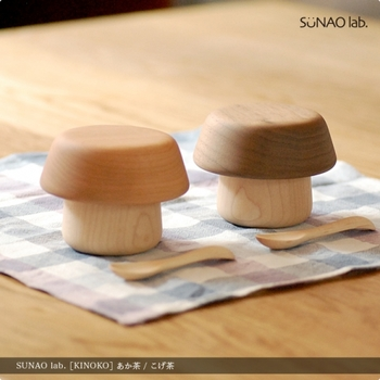 """「SUNAOLAB.(スナオラボ)」は、「""""たのしい""""と暮らそう。」をコンセプトに、毎日の暮らしで活躍してくれるデザインプロダクトを発信するブランド。こちらは、お皿とコップを重ね合わせると「きのこ」のようなシルエットになる、その名も「きのこのうつわ」。"""