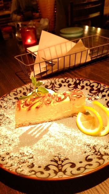 こちらはクリームチーズを湯せんした『ニューヨークチーズケーキ』。ピンクペッパーが散らされ、シナモンの香りがエキゾティックなお店のオリジナルです。  『バナナのガトーショコラ』や『りんごのタルト ヴァニラアイス添え』などスイーツも各種。