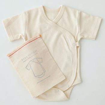 オーガニックコットンのシンプルなロンパース。優しい肌触りなので敏感肌の赤ちゃんにも安心です。おしゃれなコットンバッグ入り。