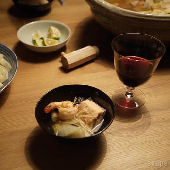 シックな黒のとり鉢と、白いとり皿はどんなテーブルや料理にも合いそう。お鍋以外のシーンでも活躍してくれます。