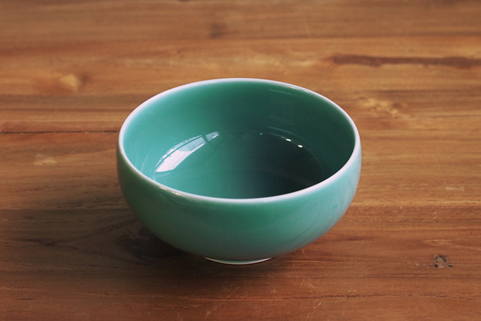 青磁の上品な色合いが美しい汁椀は、豚水としても使いやすい深さとサイズ。お鍋の周りに並べば、華やかな雰囲気が出せそう。
