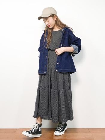 ワンピースの上からオーバーサイズのデニムジャケットを羽織ると甘×辛コーデがテクいらずで完成します。 ポイントは、デニムジャケットのサイズ感。ジャストフィットだと綺麗めな印象になるので、オーバサイズが正解です。