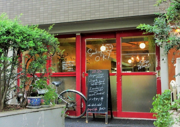 """""""SMOKING OK""""の文字が目立ちます。渋谷区の公共施設が並び、NHKや代々木公園に近い、緑の多いエリアに2001年にオープンしました。"""