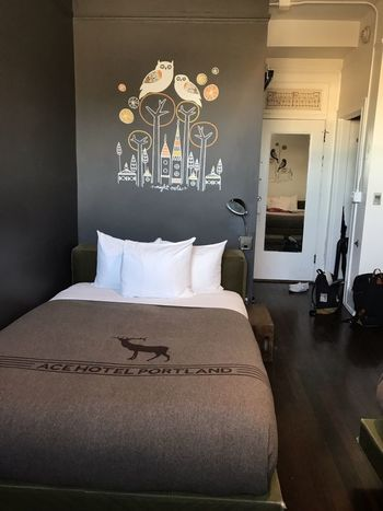 部屋毎にコンセプトが異なるのも、何度も通いたくなる魅力。地元のアーティストが描いた壁画が良いアクセントになっています。この部屋では、フクロウのアートを楽しめますね。  トレードマークの鹿がかわいい♪ベッドには、150年以上の伝統をもつ地元企業『PENDLETON(ペンドルトン)』製の、ホテルオリジナルのウールブランケットがかけてあります。ここにも、ローカルファーストの精神が見られますね。