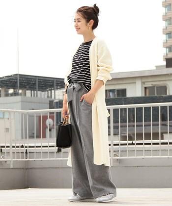 こちらはシンプルなロングカーディガンと、ボーダートップスを組合せたおしゃれな大人カジュアル。ホワイト×黒×グレーのシックな配色が、大人っぽくてスタイリッシュな印象ですね。さらりと羽織るだけで、おしゃれな着こなしが決まるロングカーディガンは、これからの季節に一着は持っておきたいアイテムです。