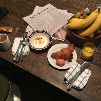 ホテルの朝食会場は、客室の1室。クロワッサンなどのパンやゆで玉子などが並び、自由にとる形式です。ニューヨークタイムズと一緒にどうぞ。  ちなみに、朝食の食材にも、ローカルファーストの精神が* メニュー表には「Everything Fresh from Oregon , Except The New York Times」。つまり、ニューヨークタイムズ以外は、オレゴンの新鮮素材、とのこと。ユーモアがまた素敵!