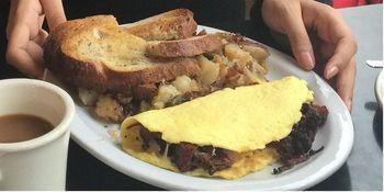 食べ応えのあるパストラミビーフが人気。アメリカンサイズで、圧倒されますよ!  定番のトーストサンドイッチにくわえ、ベーグルサンドもあります♪