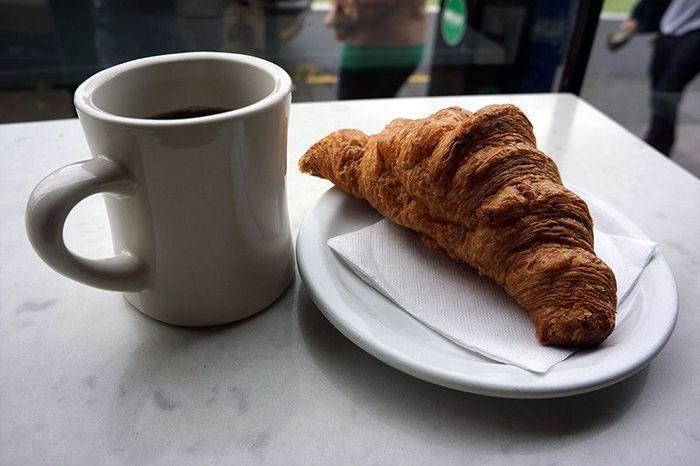 コーヒーとクロワッサンは、朝食にもぴったり。クロワッサンはサクサクで、酸味の強いコーヒーと相性抜群ですよ。