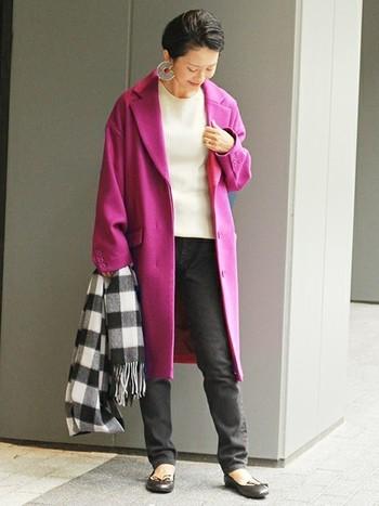 鮮やかなピンクのチェスターコートが、女性らしくて華やかな印象です。ピンクは今季注目されているトレンドカラーのひとつ。普段の着こなしに1アイテム取り入れるだけで、今年らしいコーディネートが完成しますよ。