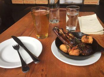 お酒の種類が豊富で、ポートランドのクラフトビールをいただけるのも、大きな魅力。ちなみにハッピーアワーがありますよよ♪ ビールと相性のよい、グリル料理なども充実しています。