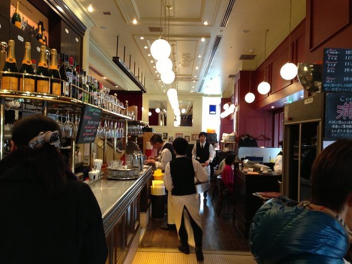 東京駅丸の内南口より徒歩1分、東京ビルTOKIA1階にある「VIRON (ヴィロン)」は、フランスのカフェに来たようなおしゃれな雰囲気。テイクアウトのパンや焼き菓子も評判で、特にフランス小麦を使ったバゲットが人気です。