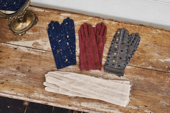 前述のニットと同じく『アンティパスト』の手袋。上質な素材とオリジナリティあふれる柄の組み合わせは可愛らしさと上品さのバランスが絶妙で、大人な女性にぴったりのデザインです。シンプルな装いのアクセントにしても◎