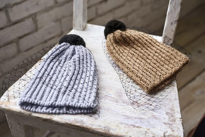 クオリティとファッション性の高さを兼ね備えた帽子づくりで有名な『バーンストックスピアーズ』から届いた、英国製のニット帽。アルパカで編まれた帽子をチュールが飾る、少し上級者向けのデザインがなんともおしゃれです。カジュアルなイメージの強いニット帽ですが、チュールレースのおかげでフェミニンな装いにも似合います。