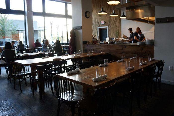 エースホテルのお隣にある「Clyde Common(クライドコモン)」。朝から夜まで営業し、軽食からしっかりした食事系までそろう、頼れるレストランです。このように、お隣グループともシェアする、大きなテーブルが特徴的。
