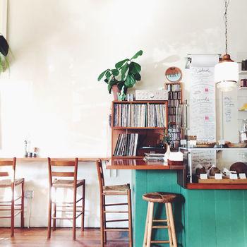 「Sweedeedee(スウィーディーディー)」はガイドブックにも載っている、行列のできる人気カフェ。 店員さんもフレンドリーで、ナチュラルな内装とあいまって、居心地がいいです♪