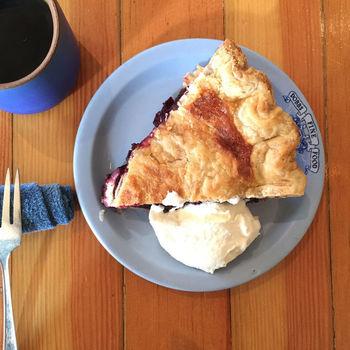 Sweedeedeeでオススメなのが、甘さ控えめの『ブルーベリーパイ』。食べやすくて美味しいです。大きさは、アメリカンサイズで、日本の3倍の大きさぐらいはあります!