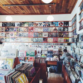 ポートランドはレコードショップが多いことでも有名。  「Sweedeedee」のお隣には個人経営のレコード屋さん「Mississippi Records(ミシシッピ・レコーズ)」がありますよ。とっても古いものもあるそうで、ぜひディグってみてはいかがでしょう♪