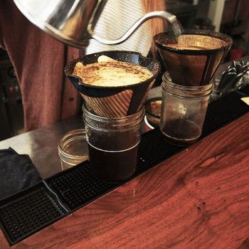 コーヒーは店員さんが、一杯一杯丁寧にドリップして淹れてくれます。店員さんと、地元の常連さんとのおしゃべりは、日常の光景。店内に、いい空気が流れています。