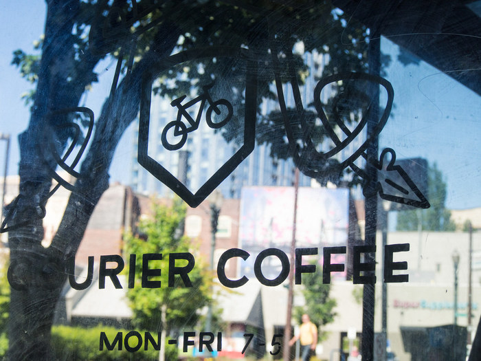 地元の人たちに愛されている、独立系の地域に根ざしたロースター「Courier Coffee Roasters(クーリエ・コーヒー・ロースターズ)」。こちらもサードウェーブコーヒーの人気店。
