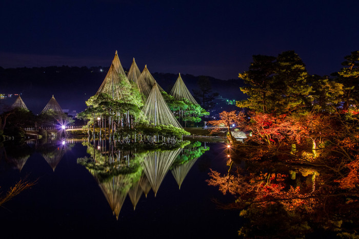 日本三名園のひとつ、兼六園。四季折々の美しさがあり、春は桜、秋は紅葉、そして冬は人気の雪吊りが楽しめます。期間限定でライトアップもされるので、タイミングが良ければ夜の幻想的な景色も楽しめます。