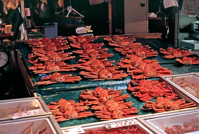 ズワイガニの中でも石川県沖で水揚げされたものを加能蟹と呼び、名産品になっています。また地元では香箱蟹と呼ばれるセコガニも人気。毎年11月6日の蟹漁の解禁日を狙って訪れる人も多いんですよ。