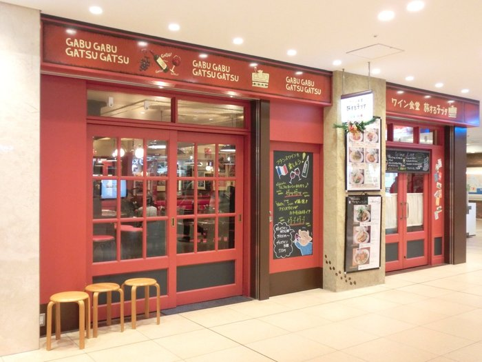 東京駅八重洲中央口グランルーフフロント地下1階にある「旅する子ブタ」は、赤い外観が目を引くおしゃれなビストロ。ワインに合うフレンチを手軽に楽しめるお店です。