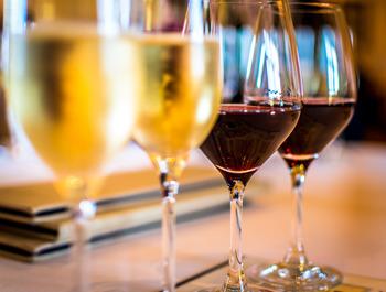 ワインは種類が沢山あるため、アルコール度数は個々に違うことがあります。3%のフルーツワインから15%のフルボディまでさまざまですが、10%以上のものが多く見られます。フルボディは、アルコール度数が高い傾向がありますので、ワインの種類とあわせて把握しておくと役立ちます。