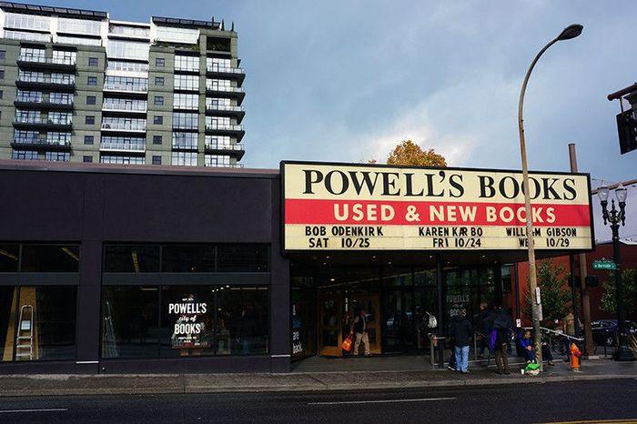 ポートランドに行くなら必ず立ち寄りたいのが、インデペンデントとしては世界最大規模の書店「POWELL'S BOOKS(パウエルズ ブックス)」。図書館感覚で、地元の方のコミュニティスペースにもなっています。