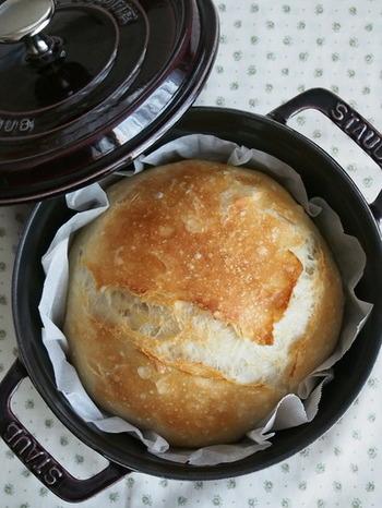 準強力粉、塩、イーストと水で作るパン。STAUBで作れば、オーブンから出してそのまま食卓にどーんと登場させても絵になり、食卓に焼きたてパンの香ばしい香りが広がって◎。