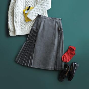 今年流行りのプリーツスカートを使った優等生コーデ。ちょっとエッジを効かせるなら赤いソックスをチョイス。気分はロンドンガールですね♪