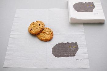凸版印刷で仕上げた黒猫のシックな紙ナプキンです。やわらかな印象の黒猫は食べ物に触れても大丈夫な水性インクで印刷されています。猫好きにはたまらないアイテムですね。  ■291円(税込)