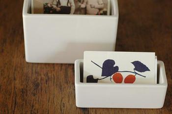 倉敷意匠が手がけるシンプルな白磁ポットは、細かなものを整理するのにおすすめのケースです。ショップカードやポイントカードなど財布から出して入れておくのにもいいですね。  ■972円(税込)